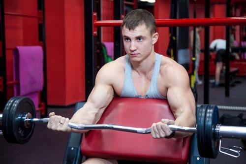 Прокаченные руки – результат долгих тренировок. Для достижения заметного результата необходимо заниматься в спортзале не меньше 3 раз в неделю.