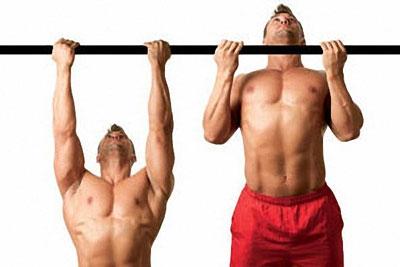 Подтягивания с расставленными кистями на ширине плеч способствуют прокачке не только бицепса, но и широчайших мышц спины.