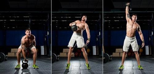Рывок гири над головой следует делать без резких движений. Поднять снаряд легче, если помогать рукам мышцами тела.
