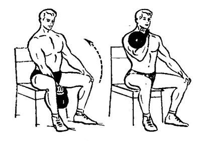 Подъем гири из положения сидя – распространенное упражнение на прокачку бицепса.